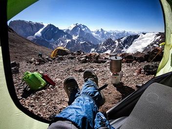 帳篷內的晨間報數,攝影師用第一視角記錄的山中美景