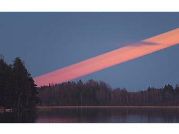 長曝星軌看膩了?攝影師花半個多小時曝出紅色月軌!