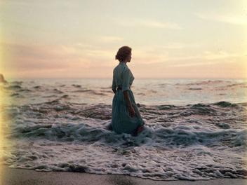 尋秘街拍客第二部?!無名攝影師與神祕唯美的海邊女子人像