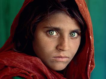 經典紀實攝影大師Steve McCurry的鏡頭故事:阿富汗少女